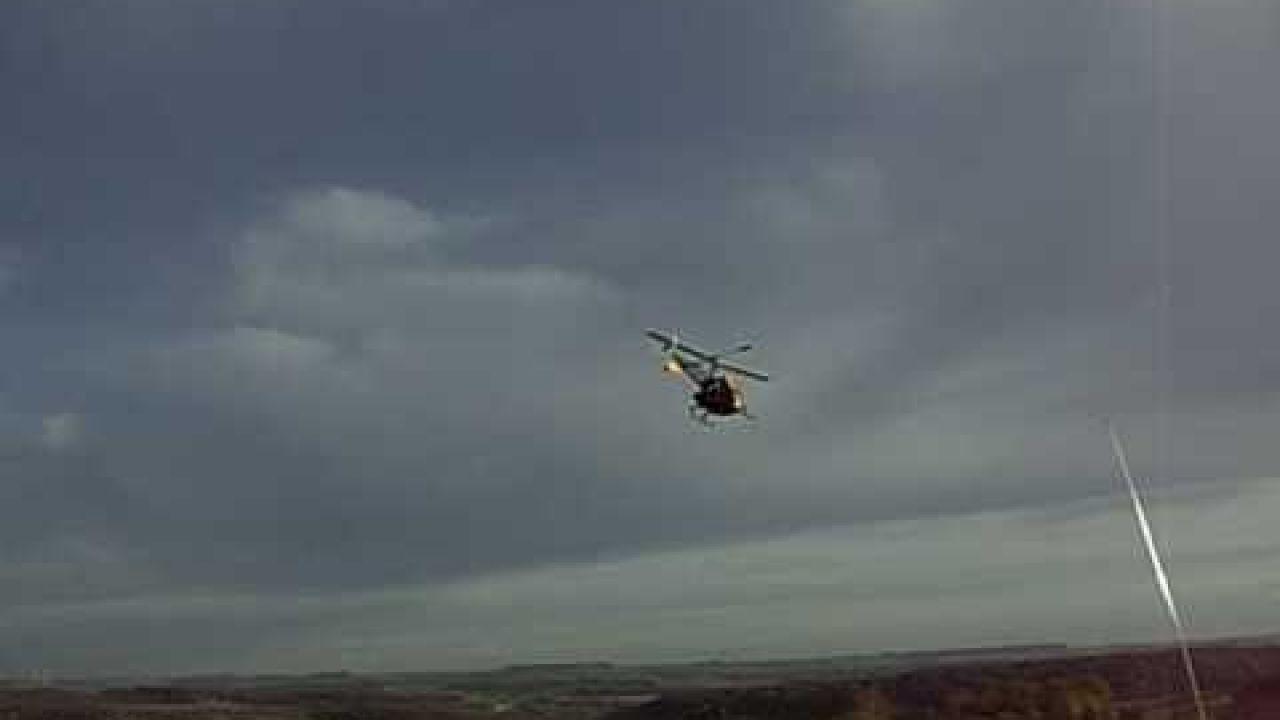 Bell 47G am Tiefflug